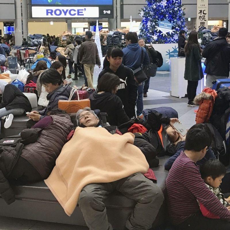 Heavy snow strands 2,000 travelers at Hokkaido airport photo