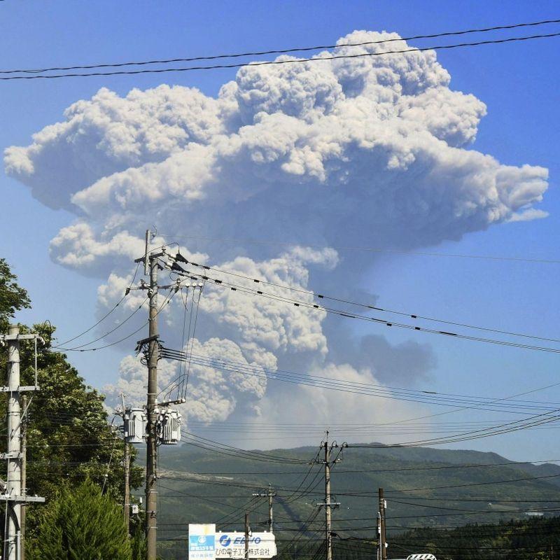 Mt. Shimmoe in southwestern Japan erupts again photo