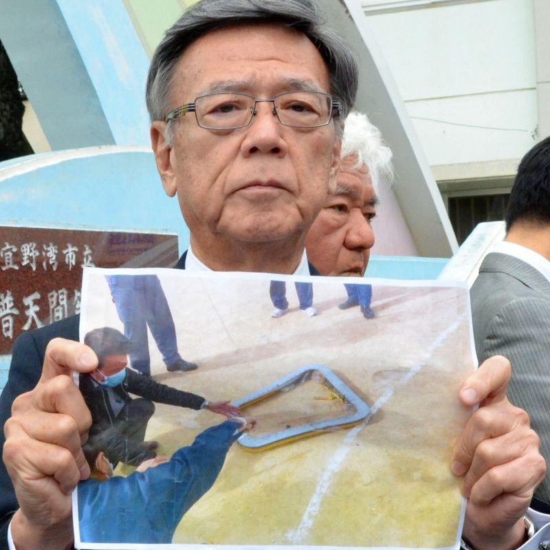 Window falls from U.S. military chopper onto Okinawa school grounds photo