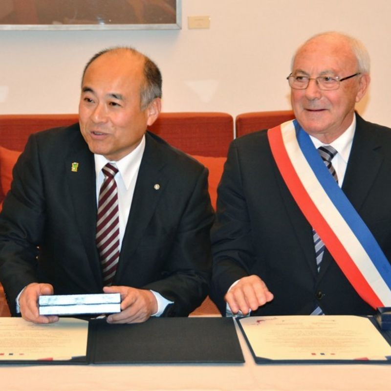 """Japanese, French villages of """"love"""" strike accord photo"""