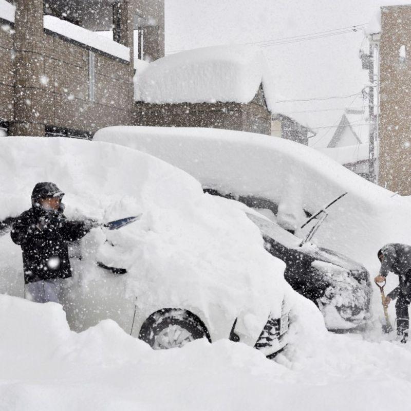 1 killed, 1,500 cars stranded in snow in Japan photo