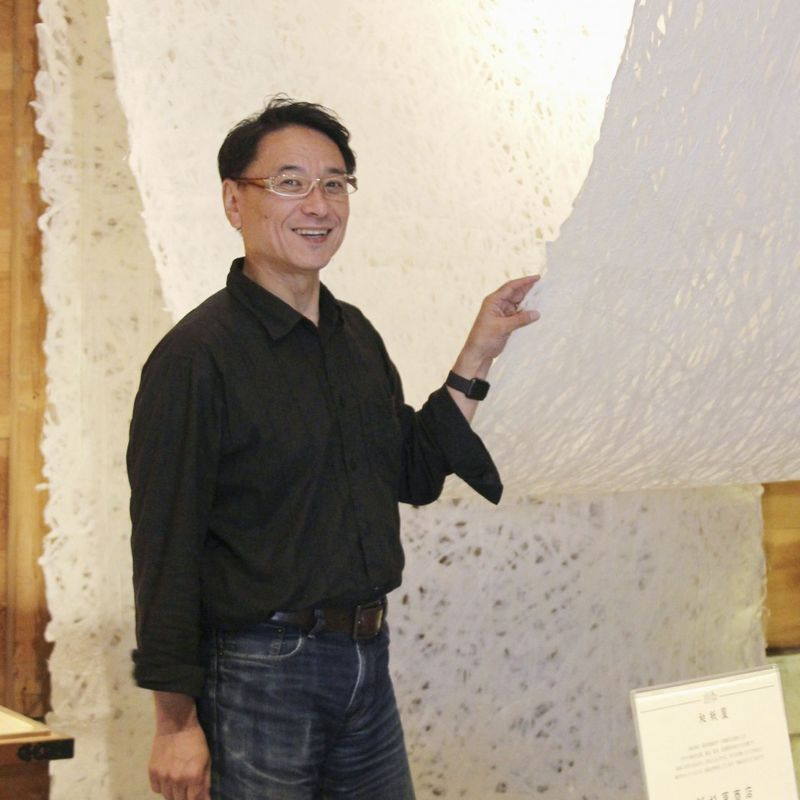 "Japanese paper ""sommelier"" elicits charm of traditional craft photo"