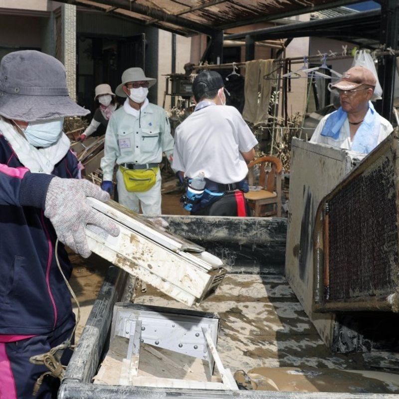 Thousands of volunteers strive to help flood-hit areas amid heat photo