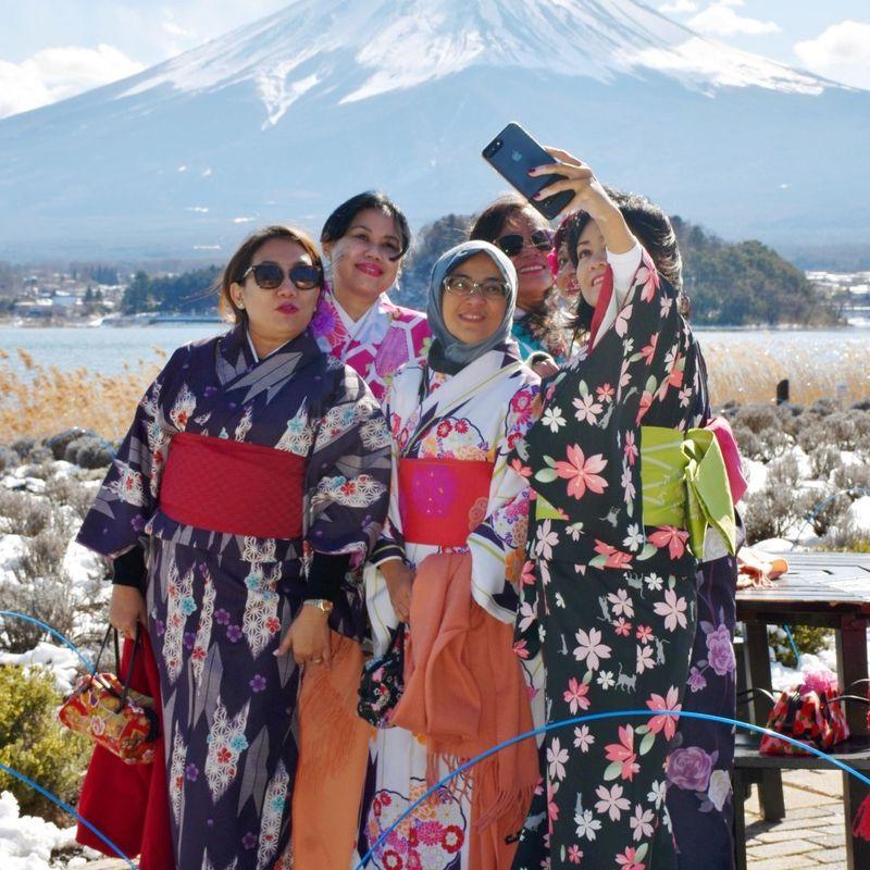 Rented kimono, scenery attract foreigners to lake resort near Mt. Fuji photo
