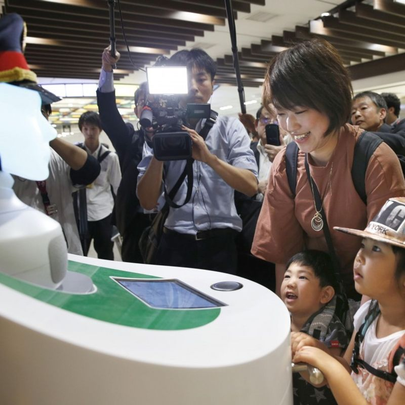 2 AI robots to assist visitors during test trial at Tokyo Station photo