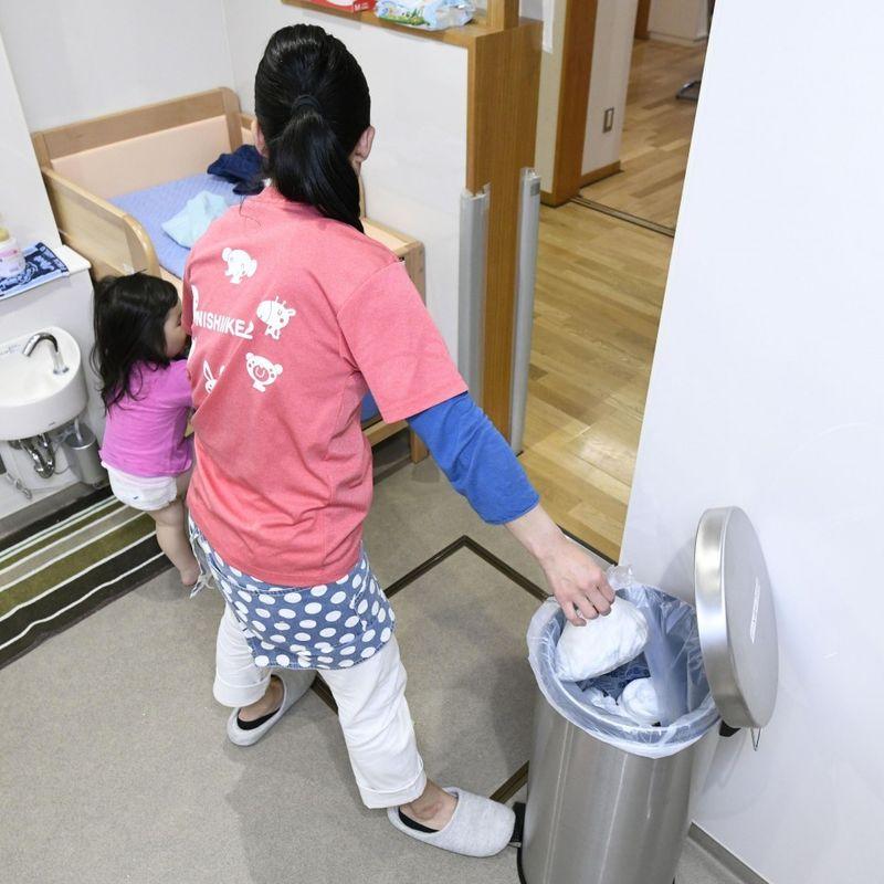 Health-conscious parents look to escape soiled diaper blues photo