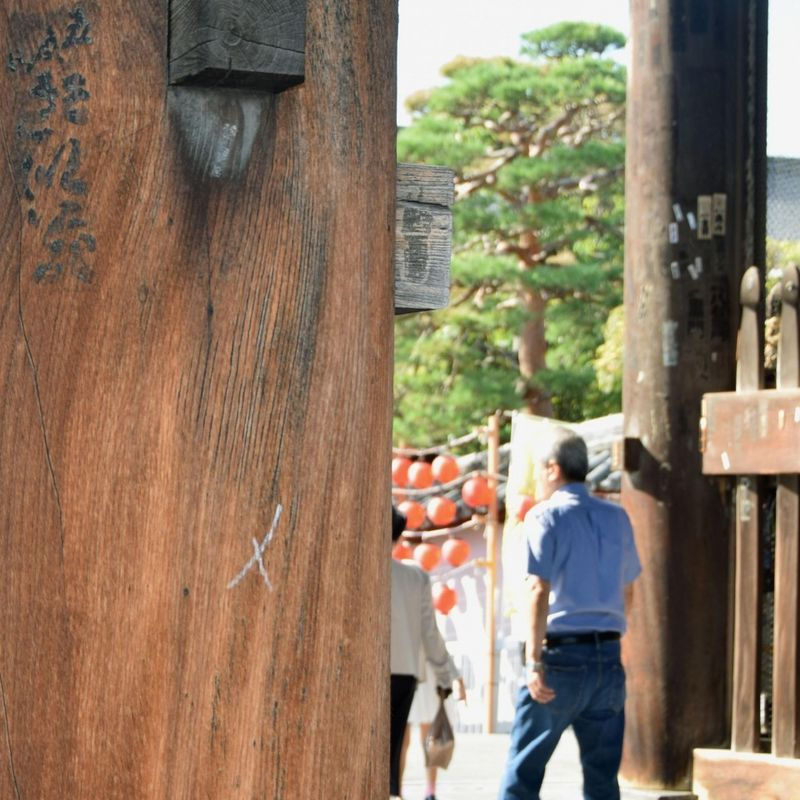 Police arrest woman for graffiti at temple in central Japan photo