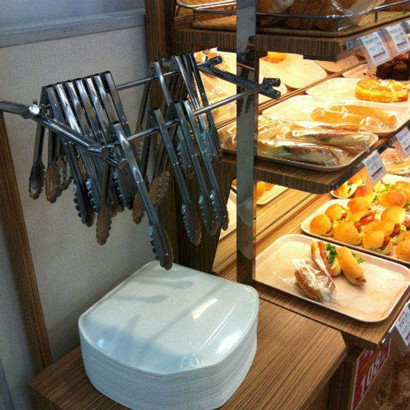 How to Eat at a Bakery Shop in Japan photo