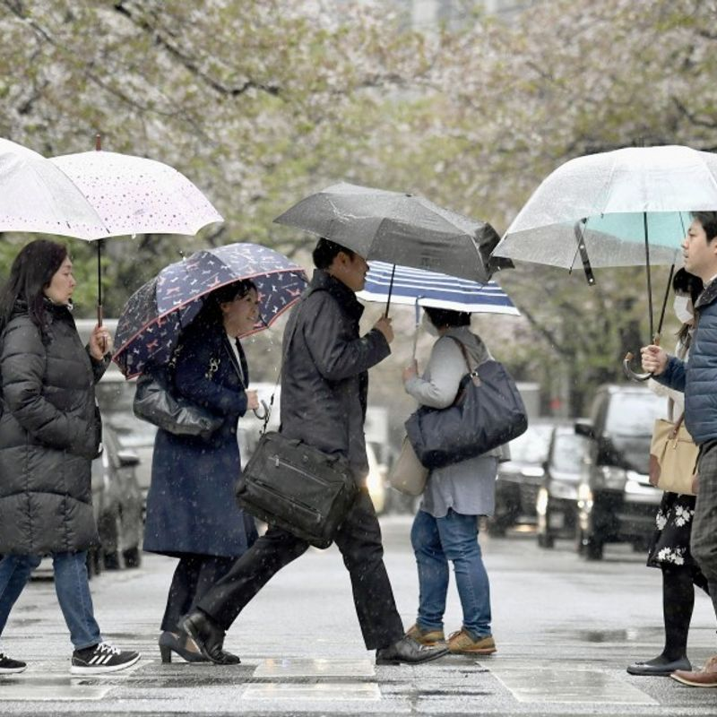 Tokyo commuters shiver as winter returns, mountain snow forecast photo