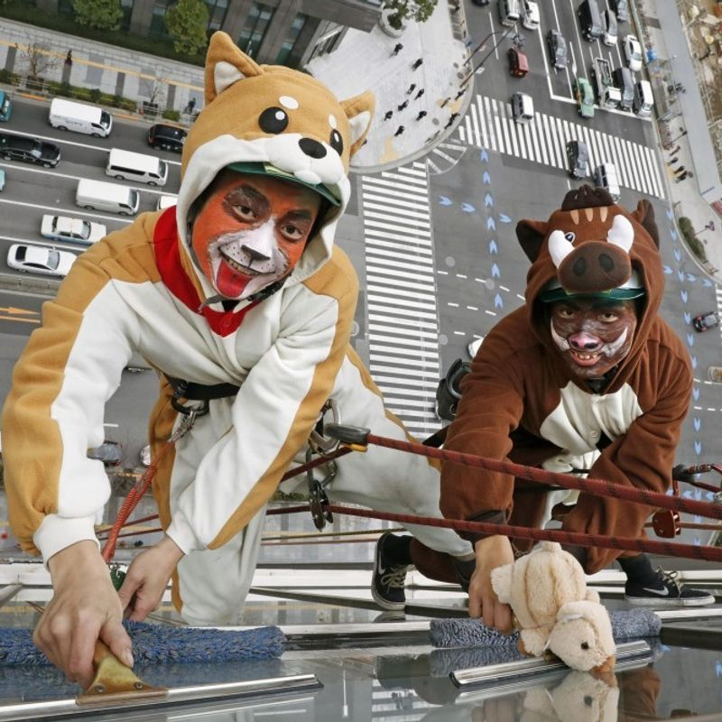 """""""Animal"""" window cleaners demonstrate year-end work at Tokyo hotel photo"""