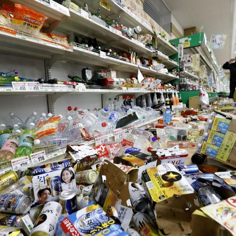 30 injured after M6.7 quake in northwestern Japan photo