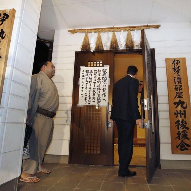 相撲グランドチャンピオンの晴丸がレスラーを襲った警察に伝えている photo