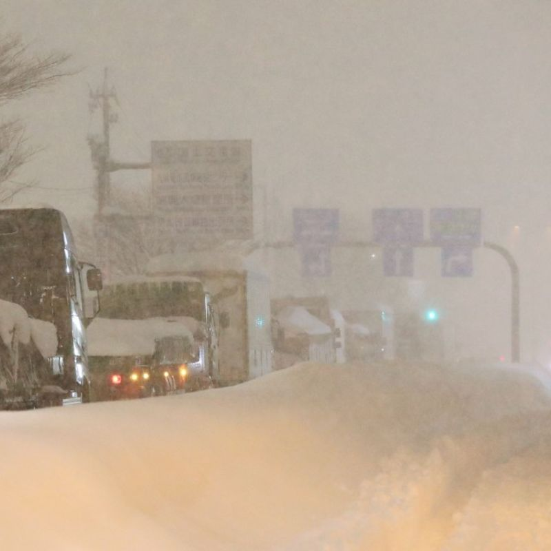 Nearly 700 cars still stranded in heavy snow in central Japan photo