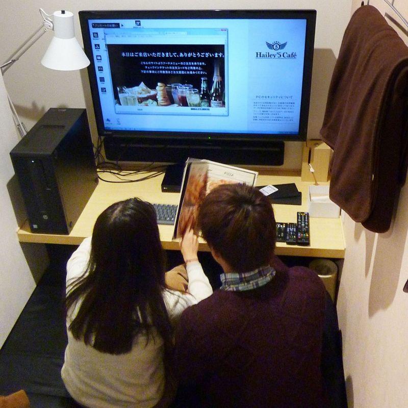 Manga cafes, capsule hotels increasing their female focus photo
