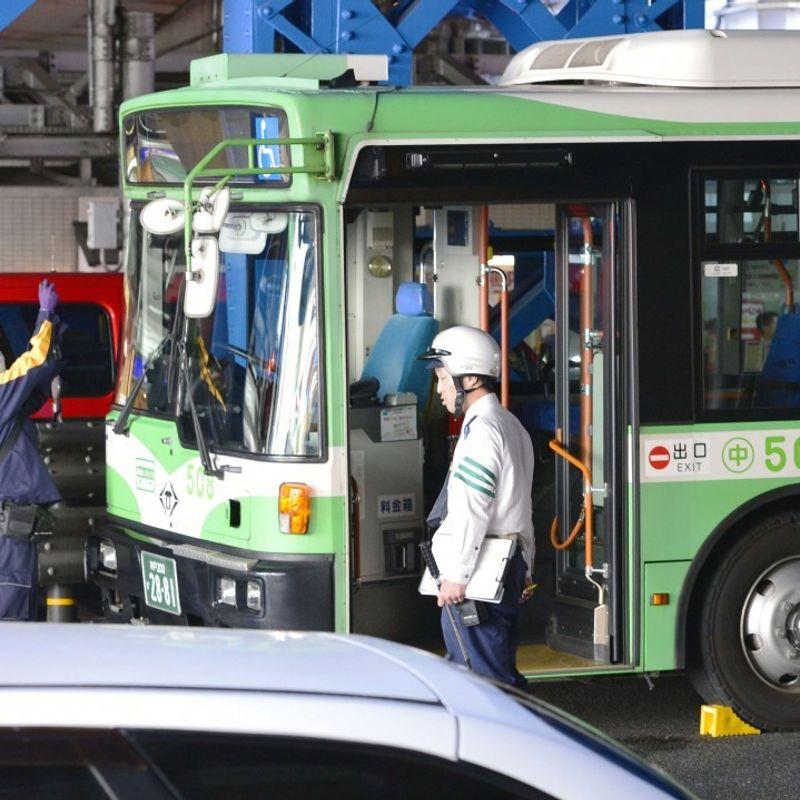Kobe city bus hits 8 people at crosswalk, 2 dead photo