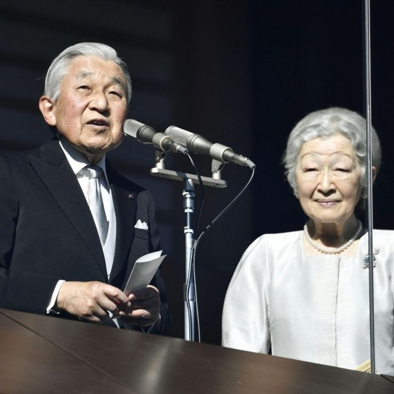Emperor Akihito greets well-wishers in final New Year's address photo
