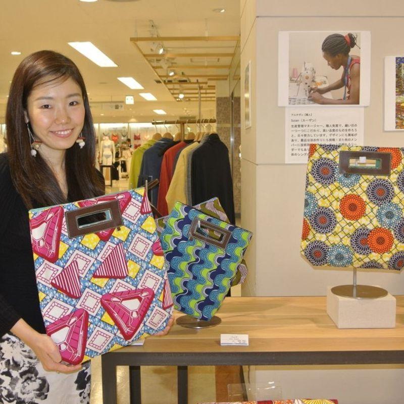 カラフルなウガンダのバッグが日本で離陸し、女性を持ち上げて photo