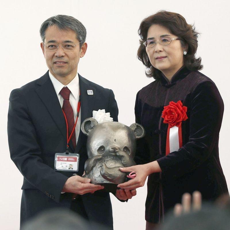 東京動物園はパンダの猫翔翔の公開デビューを祝う photo