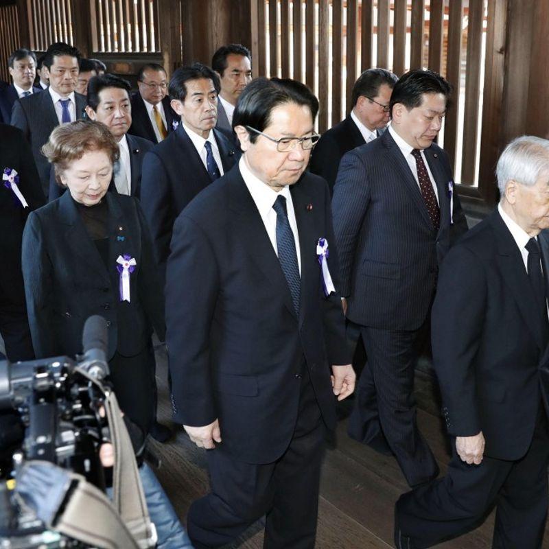 Group of Japanese politicians visits war-linked shrine photo